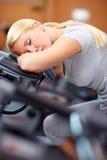 Schlafende Frau auf hometrainer Stockbild