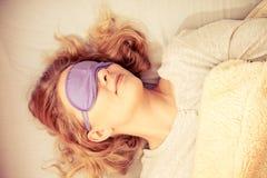 Schlafende Frau, die mit verbundenen Augen Schlafmaske trägt Lizenzfreie Stockfotos