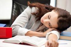 Schlafende Frau mit Buch Stockfoto