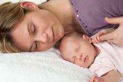 Schlafende Mutter und Schätzchen Lizenzfreie Stockfotos