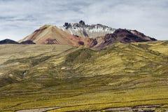 Schlafende Volcano Tunupa aufgestellt auf einer Halbinsel Salar de Uyunis stockbild