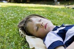 Schlafender Junge Stockfoto