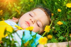 Schlafender Junge auf Gras Lizenzfreie Stockbilder