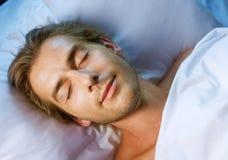 Schlafender junger Mann Stockfotos