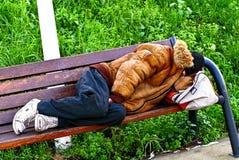 Schlafender obdachloser Mann Stockfotos