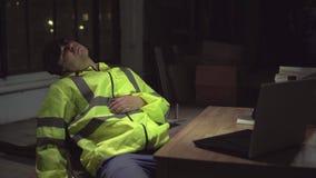Schlafender Schutz an dem Arbeitsplatz und ein Räuber stock footage