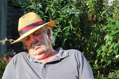 Schlafender tragender Hut des älteren Mannes. Stockfotos