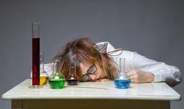 Schlafender Wissenschaftler mit Glasflasche Stockfoto