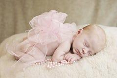 Schlafendes Baby mit Bogen Stockbild