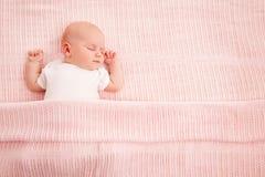 Schlafendes Baby, neugeborener Kinderschlaf im Bett, neugeborenes Kind schlafendes O lizenzfreie stockfotos