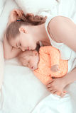 Schlafendes Baby und seine Mutter Stockfoto