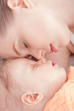 Schlafendes Baby und seine Mutter Lizenzfreies Stockfoto