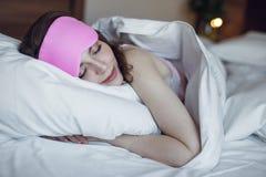 Schlafendes junges Mädchen im Bett Lizenzfreies Stockbild