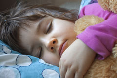 Schlafendes Kind mit Spielzeug Stockbilder