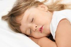 Schlafendes Mädchen auf Bett Lizenzfreie Stockfotografie
