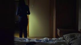 Schlafendes Mädchen die Nacht hörte ich Töne und ging, mit Taschenlampe zu schauen stock video