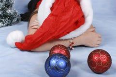 Schlafendes Mädchen in einem Schutzkappe Weihnachten. Lizenzfreie Stockfotografie