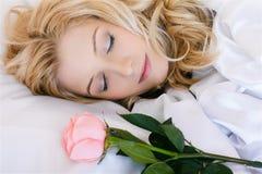 Schlafendes Mädchen mit stieg Stockfoto