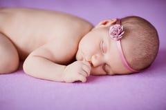 Schlafendes neugeborenes Baby stockfotografie