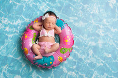 Schlafendes neugeborenes Baby, das einen Bikini trägt Lizenzfreie Stockbilder