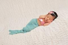 Schlafendes neugeborenes Baby in einem Meerjungfrau-Kostüm Lizenzfreie Stockfotos