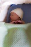 Schlafendes neugeborenes Schätzchen Stockfotos