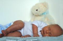 Schlafendes neugeborenes Schätzchen Stockfoto