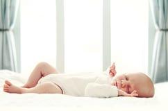 Schlafendes neugeborenes Schätzchen Lizenzfreies Stockfoto