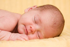 Schlafendes neugeborenes Schätzchen. Stockfotos