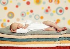 Schlafendes neugeborenes Schätzchen Stockbild