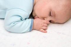 Schlafendes Schätzchen, das Daumen saugt Stockfotografie