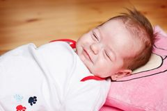Schlafendes und träumendes Baby Stockfoto