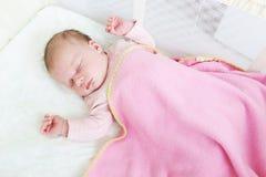 Schlafendes 2-Wochen-neugeborenes Mädchen Lizenzfreies Stockfoto