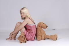 Schlafenszeit: junge blonde Frau mit Teddybären Lizenzfreies Stockfoto