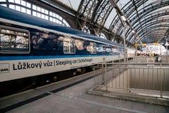 Schlafenzughalt an der Dresden-Bahnstationsplattform Stockfotografie