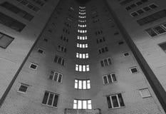 Schlafsaalbereich, Schwarzweiss-Fotoarchitektur, das übliche Plattenhaus, der Wohnblock Stockbilder
