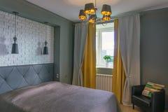 Schlafzimmer in den grauen und gelben Tönen lizenzfreie stockbilder