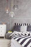 Schlafzimmer in der Idee der zeitgenössischen Art lizenzfreies stockbild