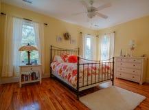 Schlafzimmer in einem kundenspezifischen Haus stockbild