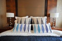 Schlafzimmer in einer Villa Stockbilder