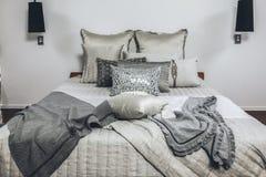 Schlafzimmer im modernen Haus mit Kissen Lizenzfreie Stockfotos