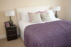 Schlafzimmer im Musterhaus Lizenzfreie Stockfotos