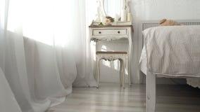 Schlafzimmer meines Traums Spurhaltung den Schuss des eleganten Schlafzimmers in einem stilvollen, klassisch nach Hause entworfen stock video footage