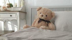 Schlafzimmer meines Traums Spurhaltung den Schuss des eleganten Schlafzimmers in einem stilvollen, klassisch nach Hause entworfen stock footage