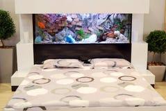 Schlafzimmer mit Aquarium Stockfotografie