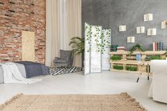 Schlafzimmer mit Aufenthaltsraum stockfoto