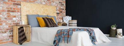Schlafzimmer mit Backsteinmauer stockbild