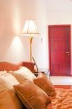 Schlafzimmer mit Bett und Lampe Lizenzfreies Stockfoto