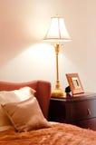 Schlafzimmer mit Bett und Lampe Stockfotografie