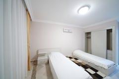 Schlafzimmer mit Bett zwei in meiner Marine Residence Lizenzfreies Stockfoto